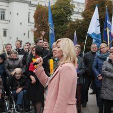 Jungtis prie Kauno nenorintys rajono gyventojai ministrei įteikė parašus ir spurgų