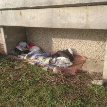 Klaipėdos rajone negali iškrapštyti benamio: trejus metus gyvena po daugiabučio balkonu