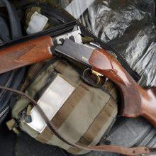 Įtariami brakonieriai spruko nuo medžiotojų taip, kad net pametė šautuvą
