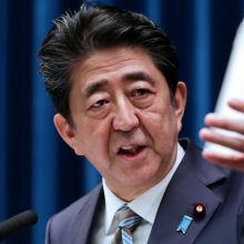 Japonijos premjeras Sh. Abe paskelbė atsistatydinąs dėl atsinaujinusios žarnyno ligos
