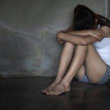 Prieš paauglę galimai smurtavusi girta globėja – jau teisme