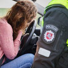 Prie vairo įkliuvusią girtą vairuotoją bandė išpirkti bendrakeleivė – siūlė 100 svarų kyšį