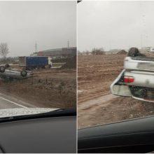 """Netoli """"Megos"""" – avarija, automobilis apvirto aukštyn ratais"""