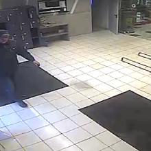 """Sujudimas Raudondvario plento """"Iki"""" parduotuvėje: ieškoma, kas paliko """"bombą"""""""