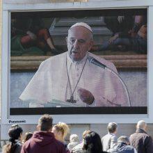 Popiežius per pirmą internetu transliuotą maldą išreiškė paramą viruso aukoms