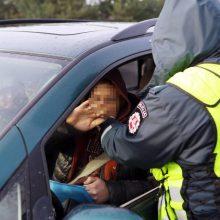 Pakaunėje visiškai girtas vairuotojas kliudė elektros stulpą ir spruko iš įvykio vietos
