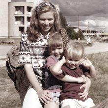 Inga Narijauskienė su vaikais 1999 m.