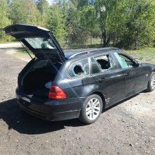 BMW vairuotojui – šaltas dušas: automobilį apmėtė akmenimis