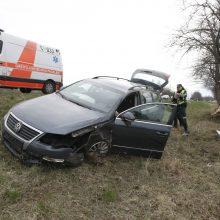 Pakeliui iš Klaipėdos į Palangą automobilis rėžėsi į medį