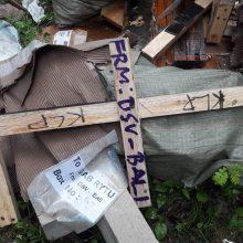 """Užuominos: miške rasta ne tik plytų, bet ir medinių padėklų likučių su užrašais, kam galėjo būti siųstas siuntinys iš Indonezijos salos Balio, – įmonei """"UAB Rytų...""""."""