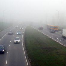 Kelininkai įspėja: Alytaus apskrityje eismą sunkina rūkas