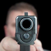Po linksmybių – agresija: vyras aplinkiniams grasino pistoletu