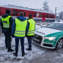 """""""Lietuvos geležinkeliai"""" su policija vykdė saugaus eismo pervažose akciją"""