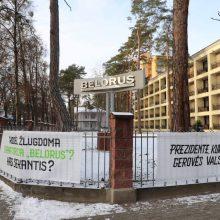 """Sanatorijos """"Belorus"""" atstovai prie URM pastatė plakatą su žinute G. Landsbergiui"""