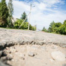 Aleksoto gyventojai širsta dėl duobių: gatvėje jaučiasi kaip slalomo trasoje