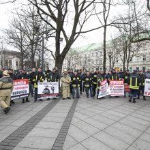 Savivaldybių ugniagesiai reikalauja išmokėti algas ir gerinti darbo sąlygas