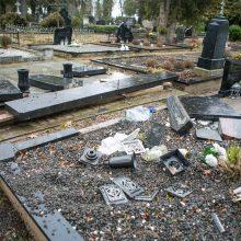 Tokio įžūlumo Seniavos kapinės dar nematė: policija prašo pagalbos