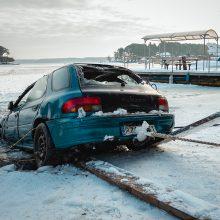 """Nuskendęs """"Subaru"""" ištrauktas iš marių dugno <span style=color:red;>(vaizdo įrašas)</span>"""
