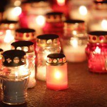 Pasiruošimas Vėlinėms įsibėgėjo: perkamos mažesnės žvakės ir gyvos gėlės