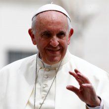 """Popiežius paragino J. Bideną skatinti """"susitaikymą ir taiką"""""""
