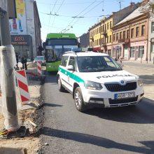 Kauno centre susidūrė užsieniečio vairuojamas automobilis ir troleibusas