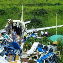 Keleivinio lėktuvo avarijos Indijoje aukų skaičius išaugo iki 18