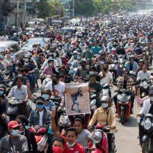 Mianmare protestuotojai vėl išėjo į gatves