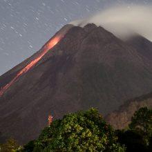 Indonezijoje ugnikalnis išmetė pelenų ir dūmų stulpą į dviejų kilometrų aukštį