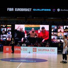 """Krepšinio rungtynių metu tarp virtualių sirgalių pasirodė ir grupė """"The Roop"""""""
