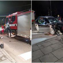 """Avarija Kaune: """"Volkswagen"""" rėžėsi į medį, vairuotojas atsisakė tikrintis blaivumą"""