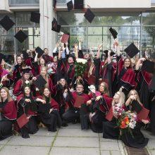 VDU absolventams gyvoje ceremonijoje buvo įteikti diplomai