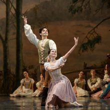 """Klasikinio baleto gerbėjai gėrėjosi A. Adamo baleto """"Žizel"""" premjera"""