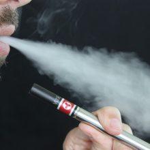 Ketinama griežtinti elektroninių cigarečių prieinamumą