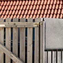 Neblaivus ir teisės vairuoti neturintis vyras išvertė namo tvorą