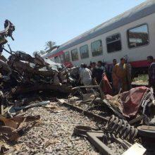 Egipte susidūrus dviem keleiviniams traukiniams žuvo 32 žmonės, per 100 sužeista