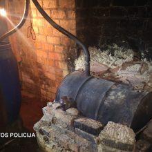 Pareigūnai Skuodo rajone likvidavo naminės degtinės bravorą