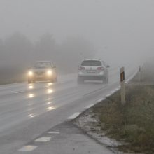 Rinkitės saugų greitį: Raseinių rajone eismo sąlygas sunkina rūkas