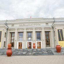 Kauno bienalės paroda: nepertraukiamas erdvėlaikiu judančių traukinių eismas