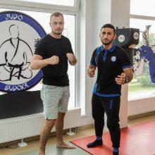 MMA kovotojas H. Lukošiūnas <span style=color:red;>(kairėje)</span> semiasi patirties iš dziudo meistro