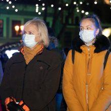 Epidemiologai su pasibaisėjimu stebi masinius susibūrimus prie eglučių