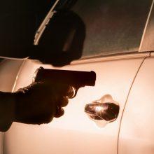 Vilniuje grasinta automobilyje sėdėjusiam vyrui, nulaužtas veidrodėlis