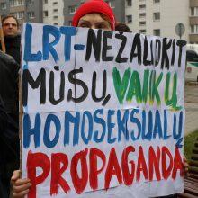 Prie LRT susirinko mitinguotojai: piktinasi reportažu apie homoseksualius tėčius