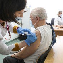 Senjorai nuo koronaviruso skiepijami nuo mokytojų likusia vakcina