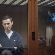 A. Navalnas, nepaisydamas kosulio ir karščiavimo, tęsia bado streiką