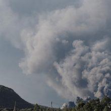 Tęsiantis ugnikalnio La Palmoje išsiveržimui, evakuota dar šimtai žmonių