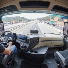 Kuo autonominiai vilkikai lenkia automobilius?
