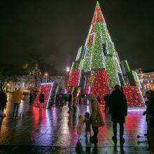 Sostinėje įžiebta siurreali Kalėdų eglė