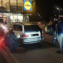 """Prie """"Lidl"""" parduotuvės – pareigūnų sujudimas: automobilis buvo peršautas iš keršto?"""