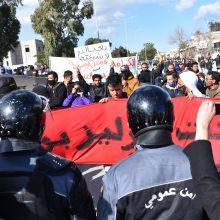 Tunise pertvarkant ministrų kabinetą protestuotojai žygiuoja į parlamentą