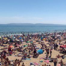 """Saulės pasiilgę poilsiautojai – """"rimtas incidentas"""" JK paplūdimiuose"""